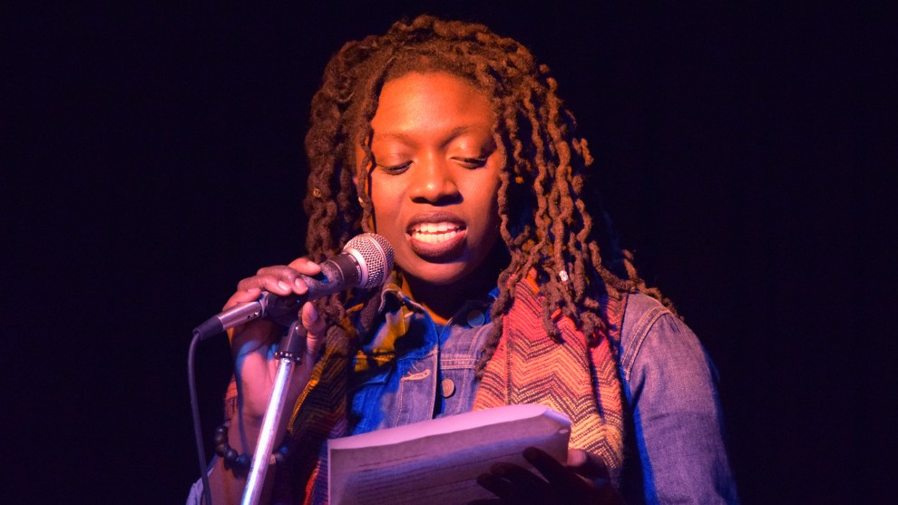 Slam-poetry-woman-performing-closeup